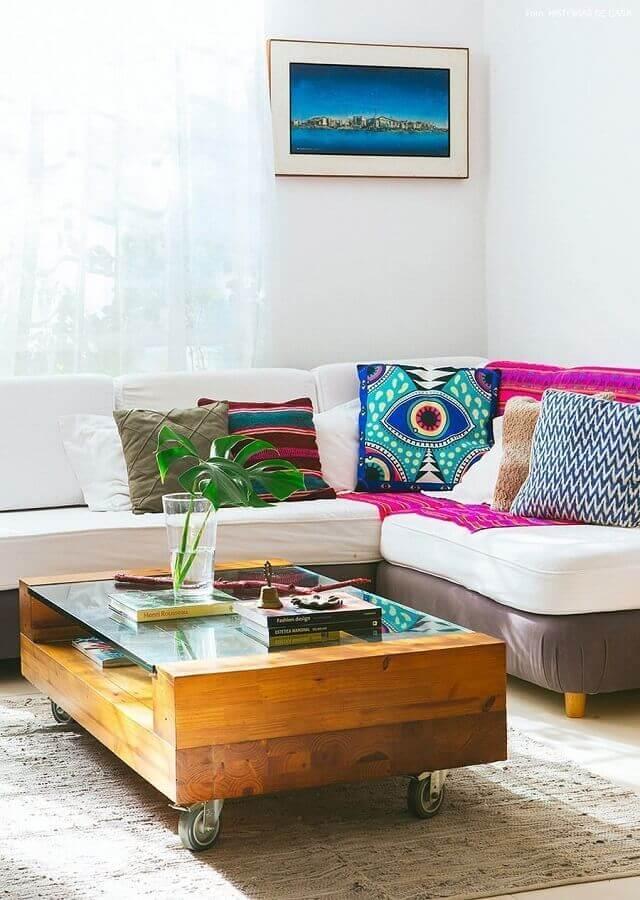decoração simples com almofadas coloridas para sala com mesa de centro de madeira Foto Histórias de Casa