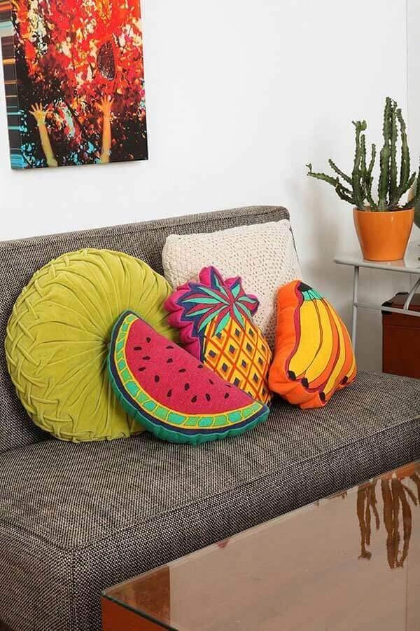 decoração simples com almofadas diferentes para sala com sofá cinza Foto Pinterest