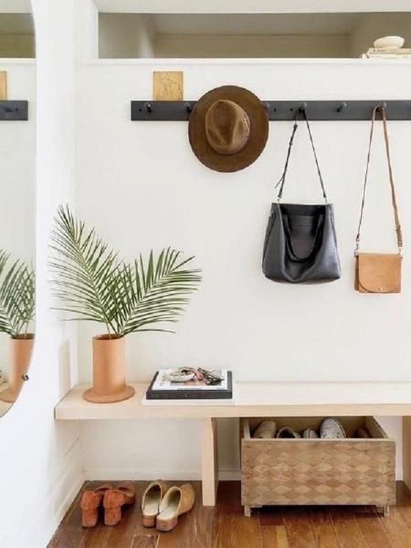 decoração simples com banco de madeira e cabideiro de parede preto Foto Pinterest