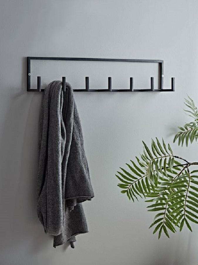 decoração simples com cabideiro de parede de ferro  Foto Cox & Cox