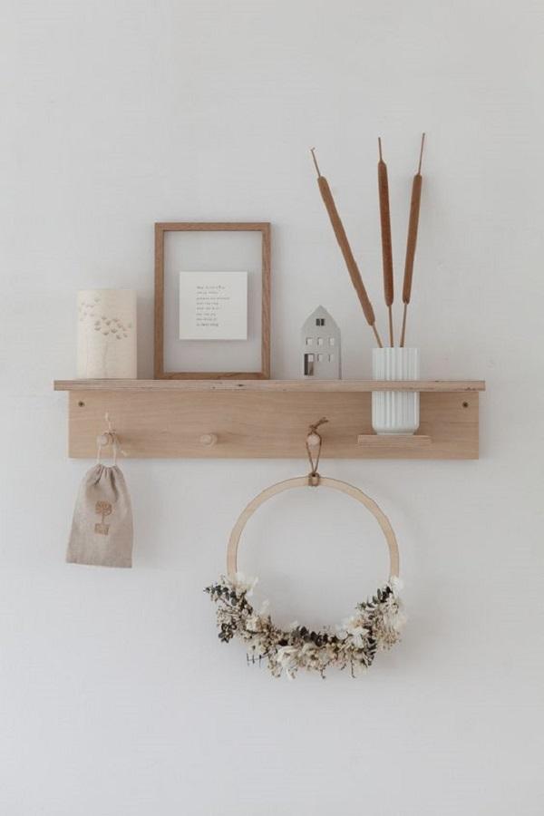decoração simples com cabideiro de parede de madeira  Foto Apartment Therapy