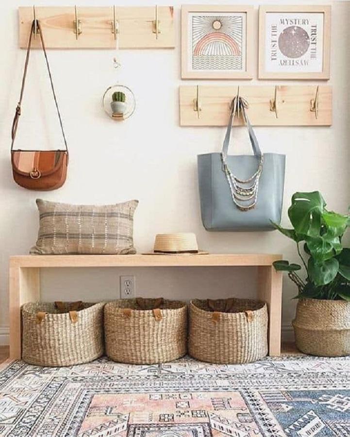decoração simples com cabideiro de parede para bolsas e banco de madeira Foto Pinterest