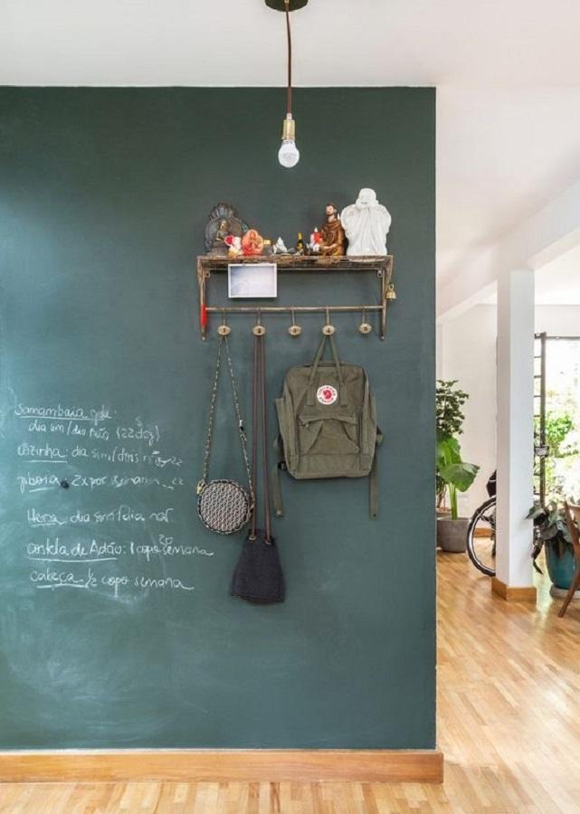 decoração simples com cabideiro de parede para parede com tinta lousa Foto Histórias de Casa