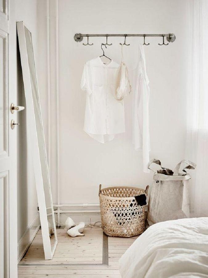 decoração simples com cabideiro de parede para quarto branco Foto Pinterest