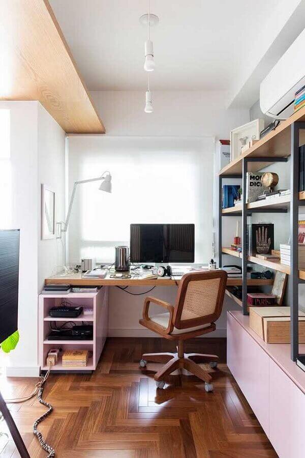 decoração simples com cadeira de estudo com braço de madeira Foto Archdaily