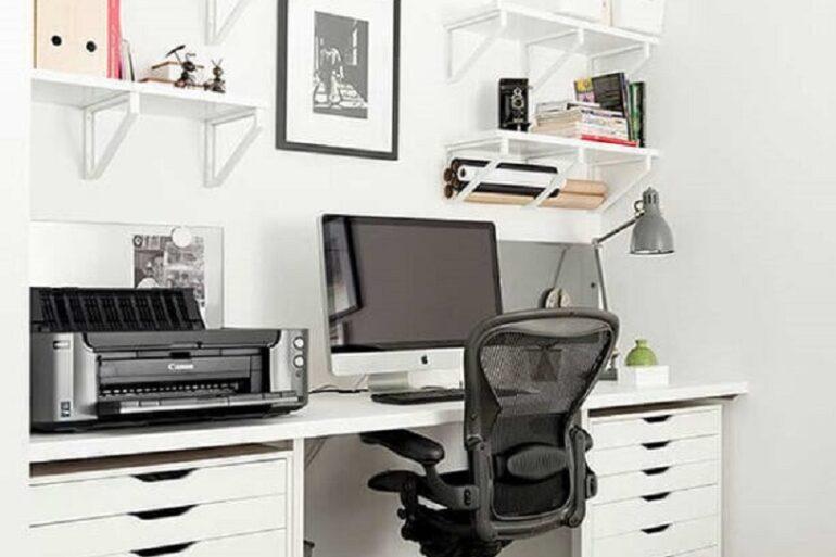 decoração simples com cadeira de estudo confortável para escrivaninha branca com gaveteiro Foto Pinterest