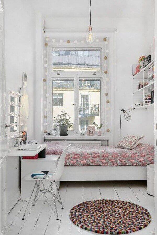 decoração simples com cadeira para quarto feminino pequeno todo branco Foto Arkpad