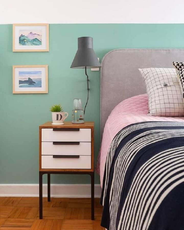 decoração simples com luminária de parede para quarto com cabeceira estofada cinza Foto Jeito de Casa