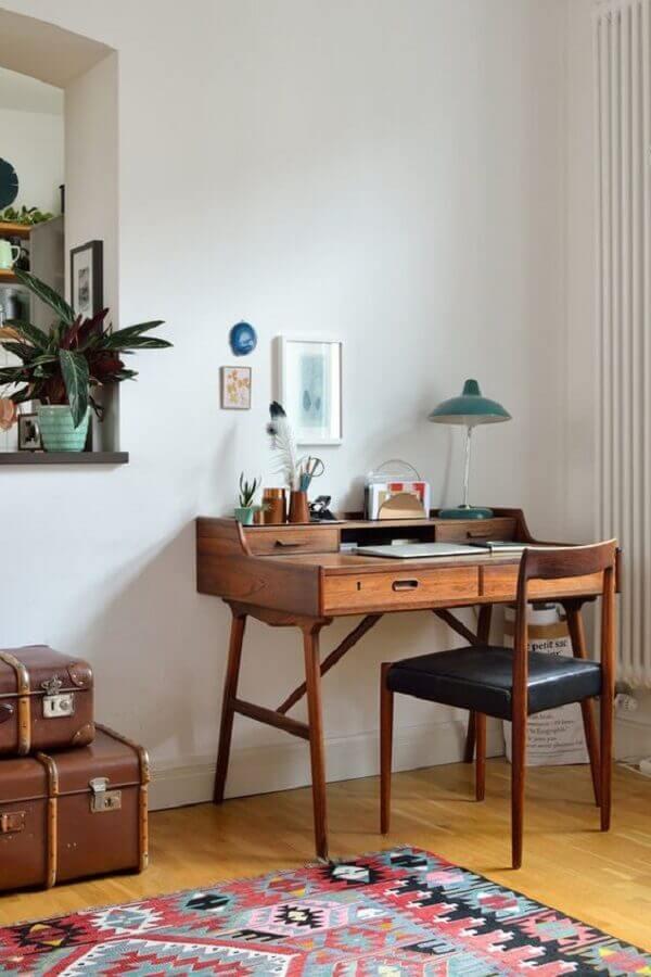 decoração simples com mesa de estudo com cadeira de madeira Foto Jeito de Casa