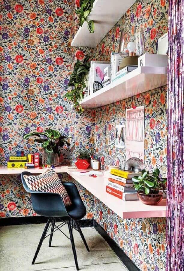 decoração simples com papel de parede floral e cadeira de estudo preta para bancada de madeira Foto Pinterest