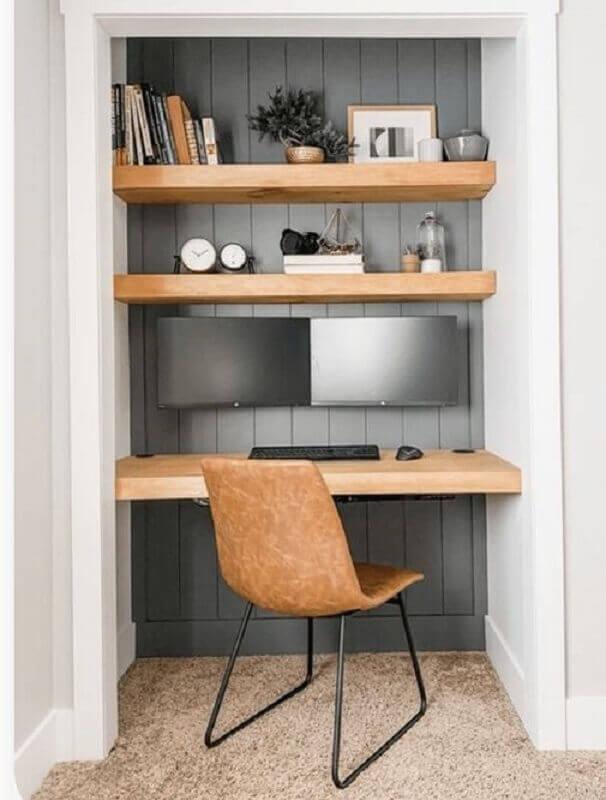 decoração simples com prateleiras de madeira e cadeira de estudar Foto FlexJobs
