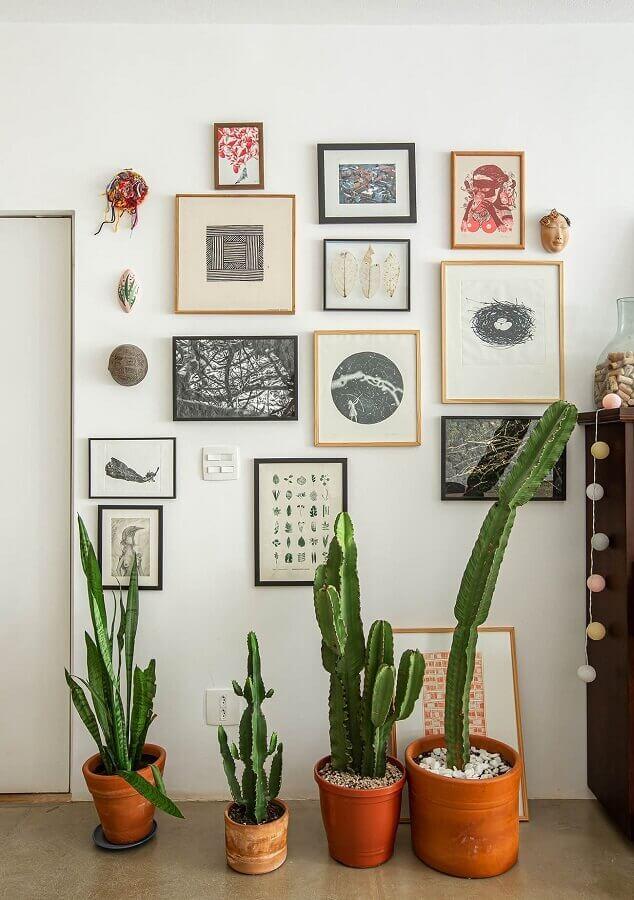decoração simples com vasos de plantas e parede com quadros Foto Histórias de Casa