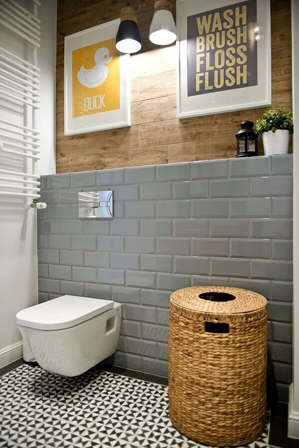 decoração simples de banheiro com revestimento metro cinza Foto Pinterest