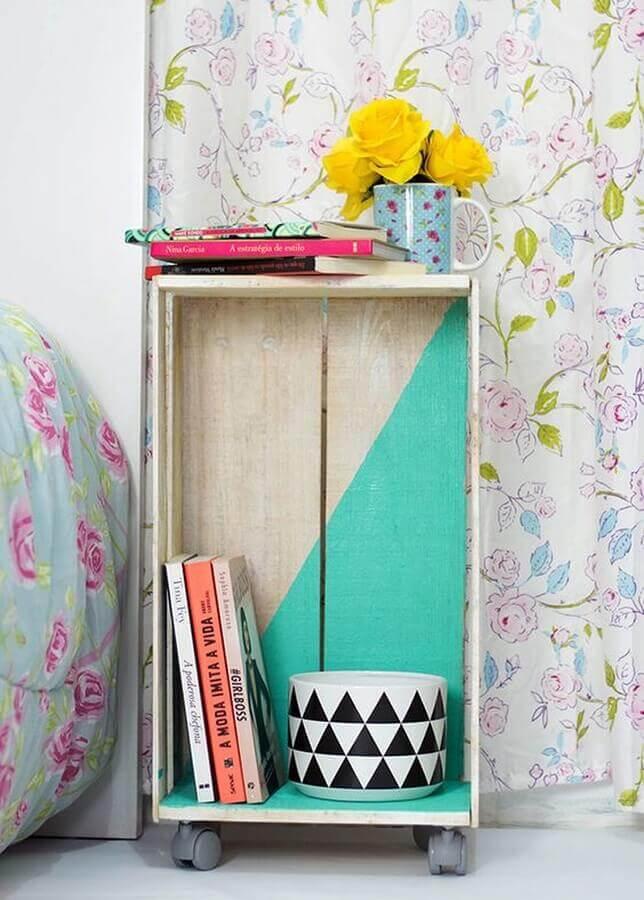 decoração simples de quarto com criado mudo de madeira feito com caixote de feira  Foto Pinterest