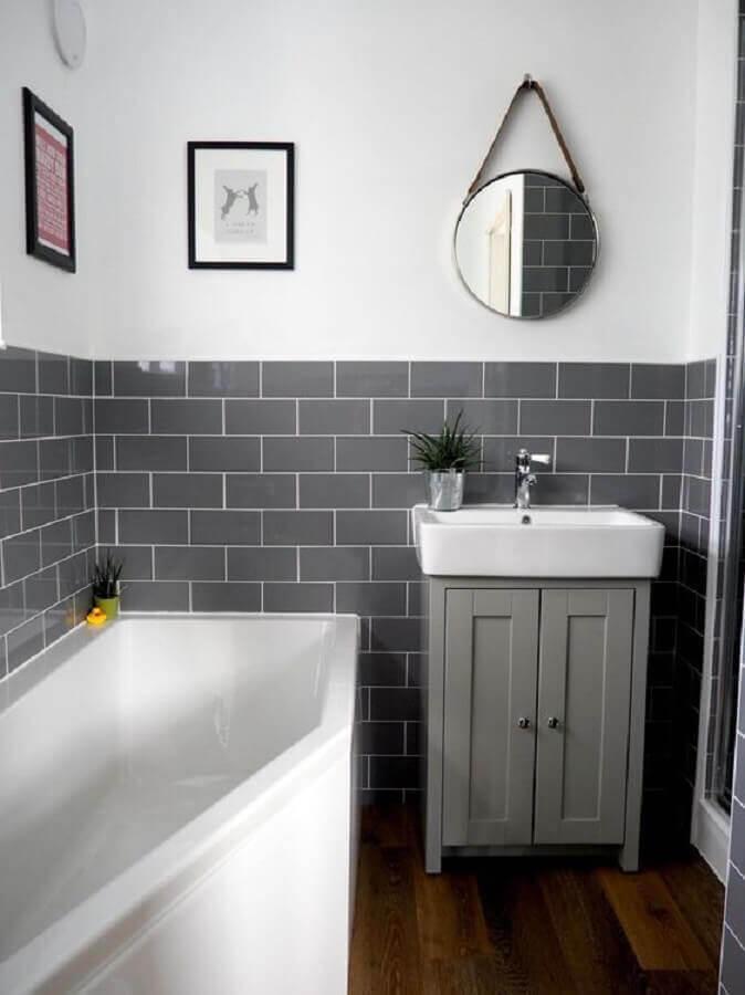 decoração simples para banheiro com revestimento cerâmico cinza Foto Arkpad