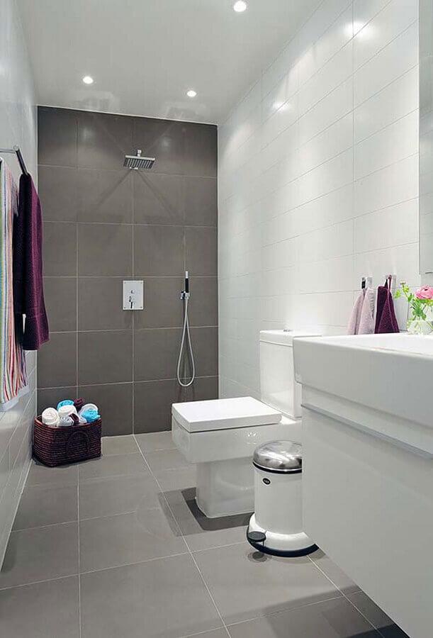 decoração simples para banheiro com revestimento cinza e branco Foto Pinterest