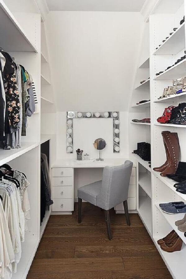 decoração simples para closet com penteadeira camarim e poltrona cinza Foto DecorPad
