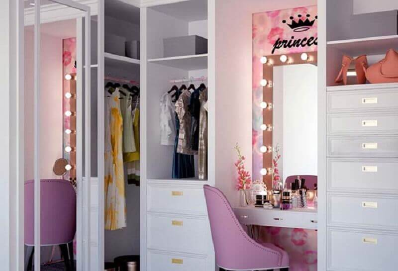 decoração simples para closet com penteadeira camarim rosa e branco Foto Pinterest