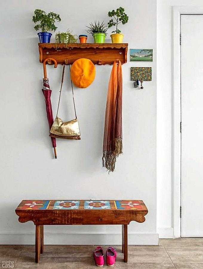 decoração simples para corredor com banco e cabideiro de parede de madeira Foto Arteblog