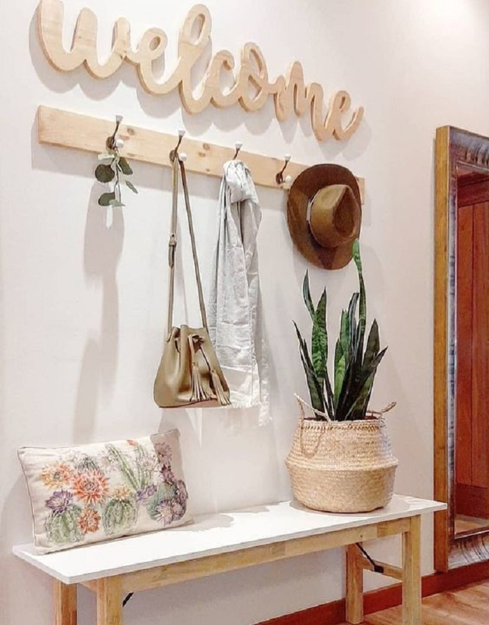 decoração simples para corredor com banco e cabideiro de parede de madeira  Foto Jeito de Casa