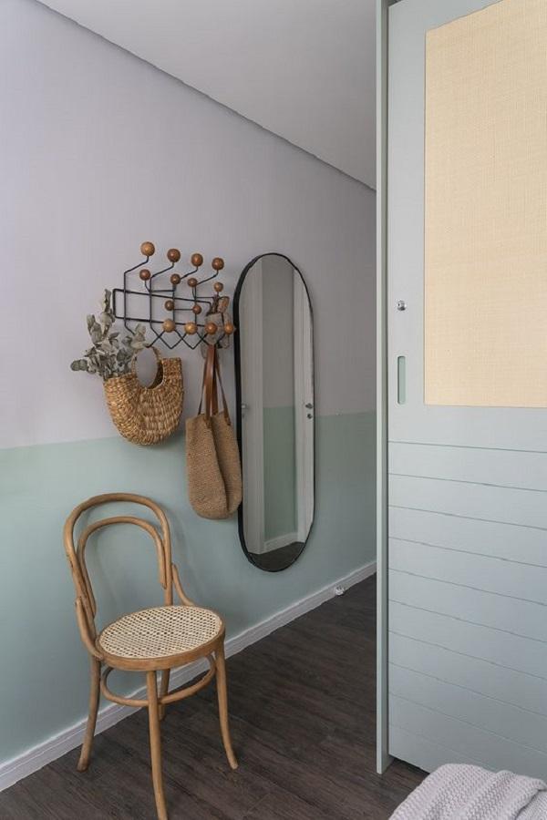 decoração simples para corredor com espelho oval e cabideiro de parede Foto Pinterest