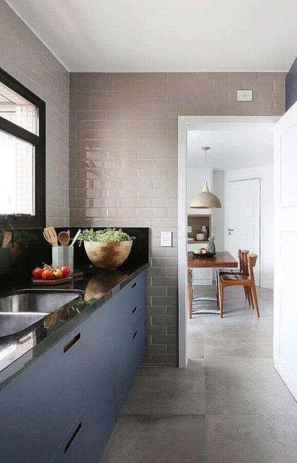 decoração simples para cozinha planejada com revestimento cinza claro Foto Jeito de Casa