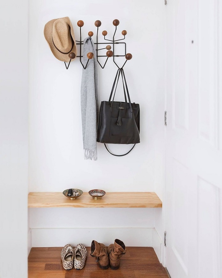 decoração simples para hall todo branco com cabideiro de parede Foto Doob Arquitetura