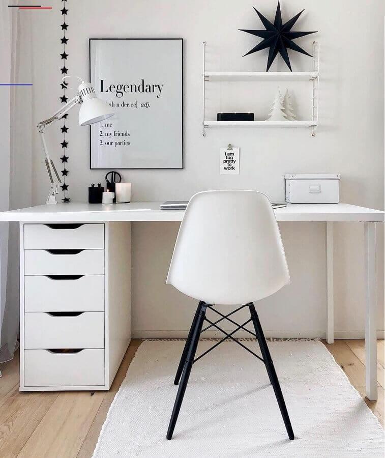 decoração simples para home office todo branco com luminária de mesa Foto Westwing Home & Living