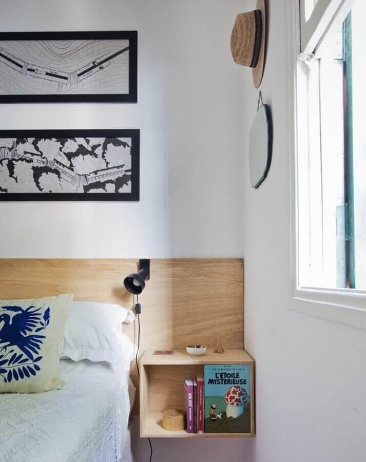 decoração simples para quarto com cabeceira planejada com criado mudo de madeira Foto Histórias de Casa