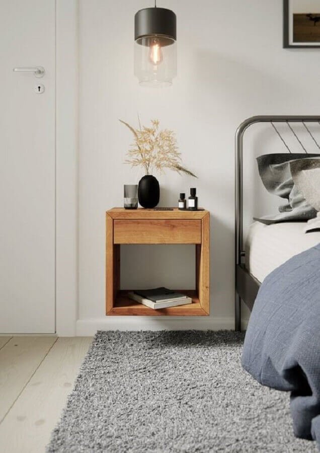 decoração simples para quarto com cama de ferro e criado mudo de madeira suspenso Foto Woodek Design