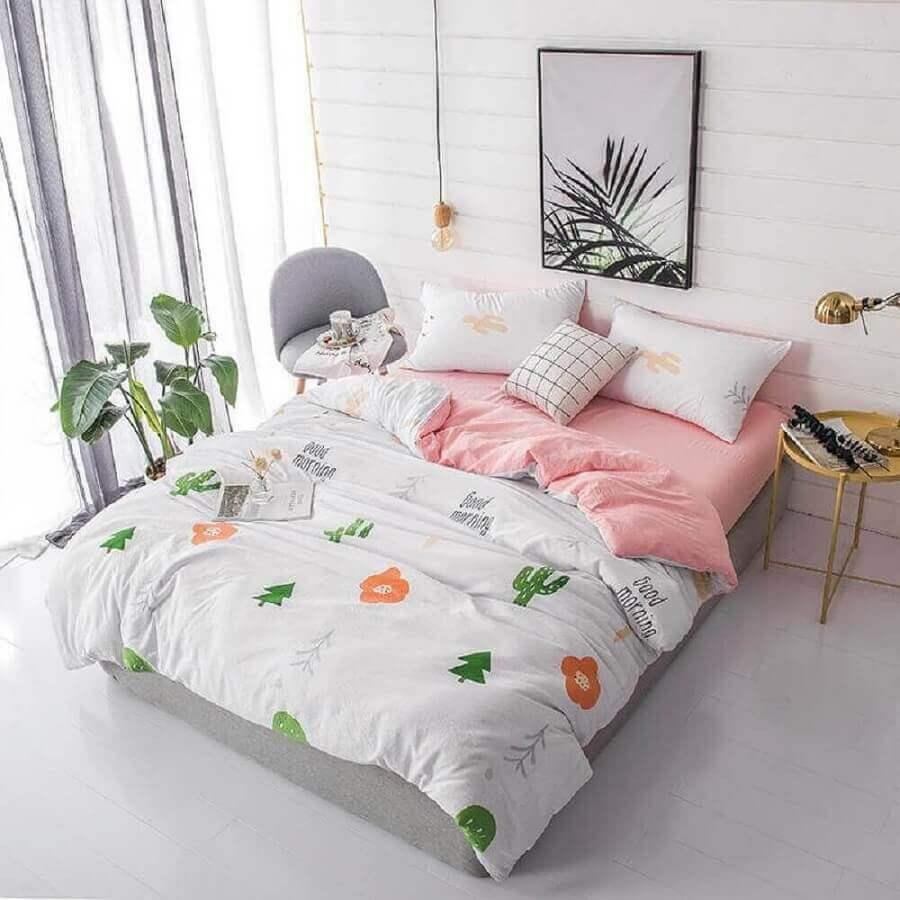 decoração simples para quarto de mulher com mesa lateral redonda Foto Pinterest
