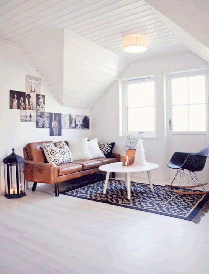 decoração simples para sala com sofá de couro e mesa de centro redonda branca Foto Archzine