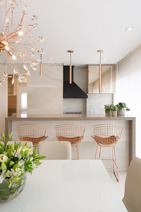 decoração sofisticada para área gourmet moderna com banquetas e luminárias rose gold Foto Jeito de Casa