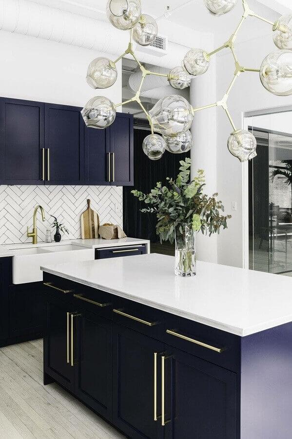 decoração sofisticada para cozinha azul marinho com balcão no meio  Foto Pinterest