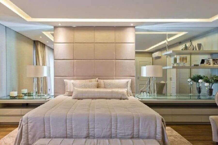 decoração sofisticada para quarto bege com parede espelhada e cabeceira estofada Foto Pinterest