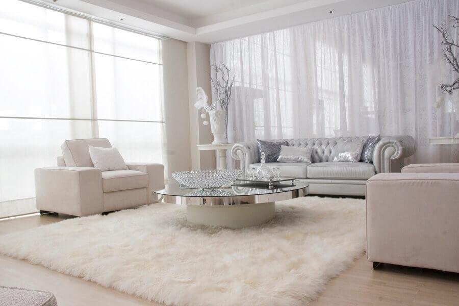 decoração sofisticada para sala branca com tapete felpudo e mesa de centro redonda espelhada Foto Pinterest