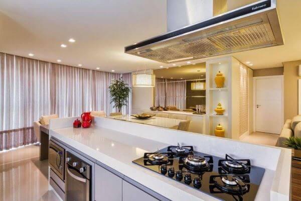 Decoração de cozinha gourmet com cooktop e bancada branca