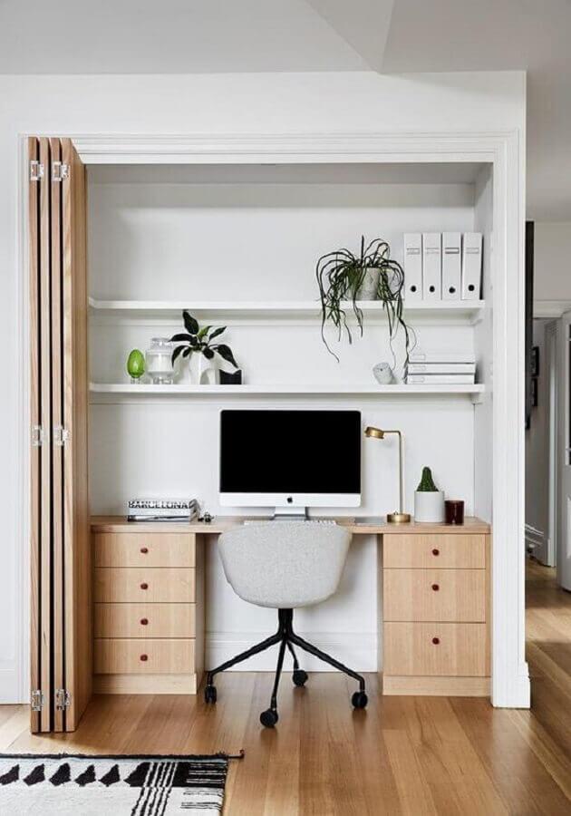 escrivaninha de madeira decorada com cadeira de estudo giratória Foto TheUnstitchd