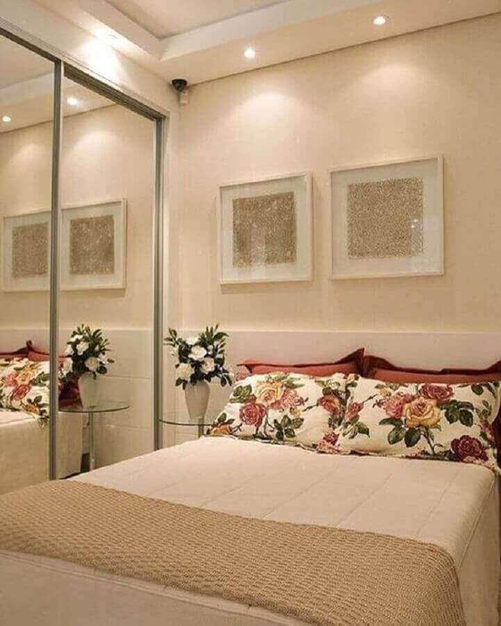 guarda roupa espelhado para quarto bege decorado com almofadas floridas Foto Interior Design Styles