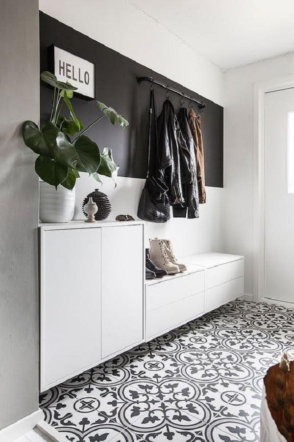 hall cinza e branco decorado com cabideiro de parede para roupas Foto Pinterest