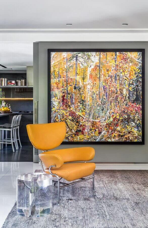 hall de entrada moderno decorado com quadro grande e poltrona amarela Foto Histórias de Casa