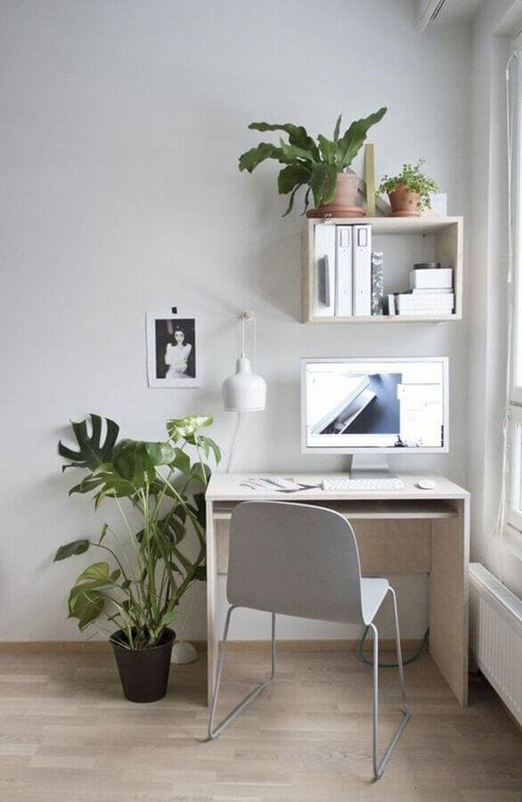 home office pequeno e simples decorado com cadeira cinza claro Foto Pinterest