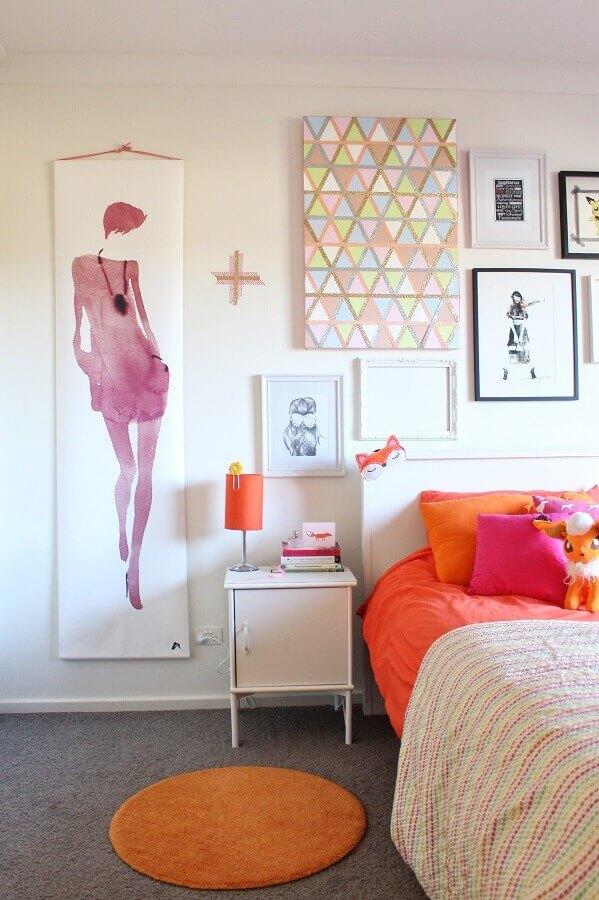 ideias para quarto de mulher simples decorado com vários quadros Foto Houzz