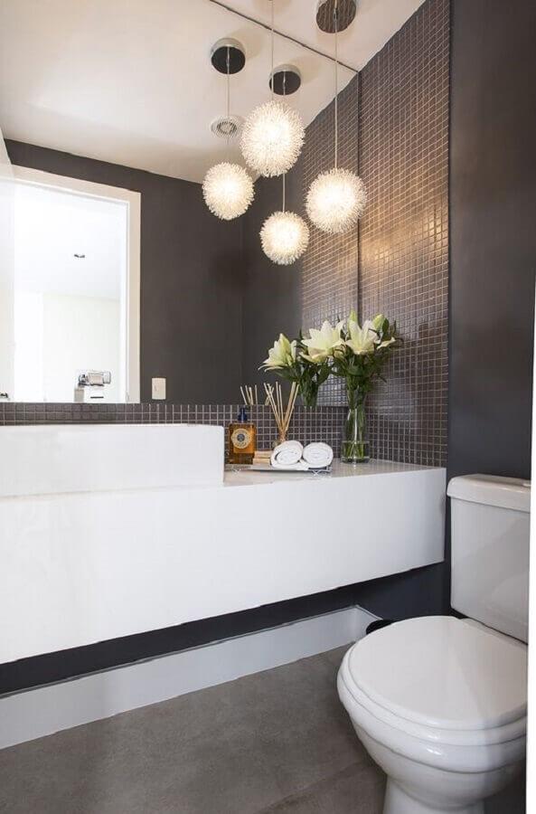 lavabo moderno decorado com bancada planejada e revestimento cinza escuro Foto Casa de Valentina