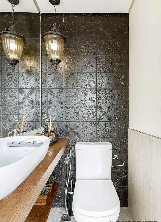 lavabo pequeno decorado com bancada de madeira e revestimento cinza 3D Foto Assetproject