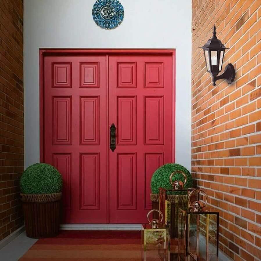 luminária antiga de parede para decoração de fachada com porta vermelha Foto Pinterest