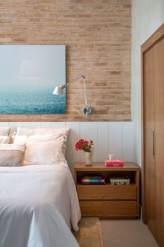 luminária articulada de parede para quarto de casal decorado com parede tijolinho Foto Arquitrecos