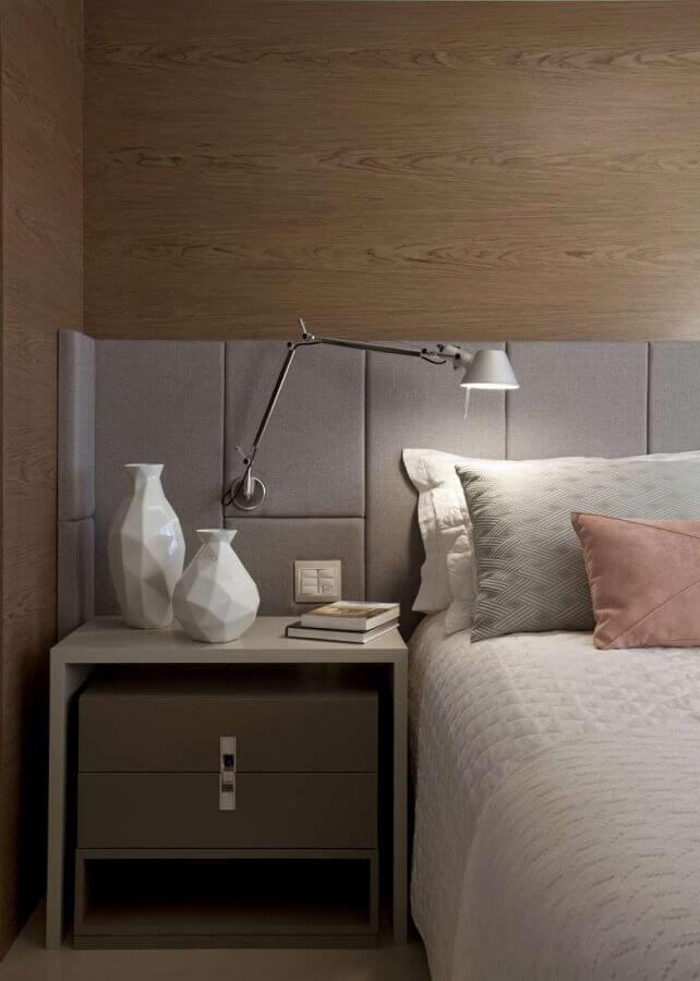 luminária articulada de parede para quarto decorado com cabeceira cinza e parede com revestimento de madeira Foto Jeito de Casa