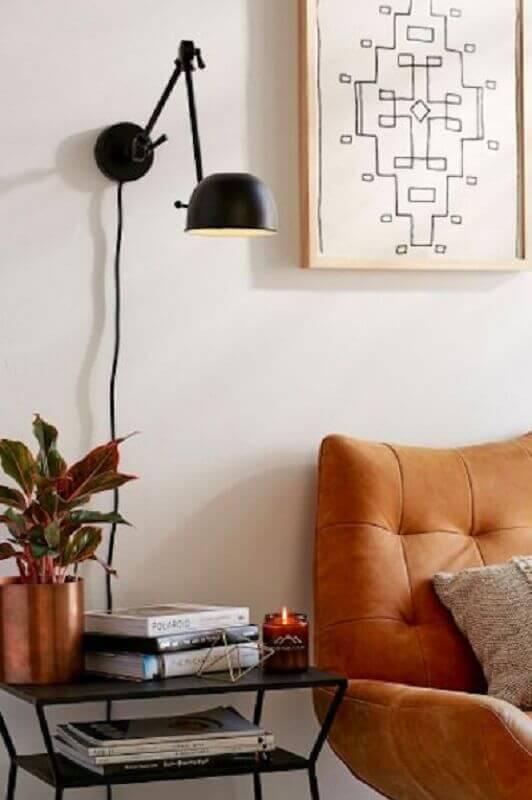 luminária articulada de parede para sala decorada com poltrona marrom Foto The Everygirl
