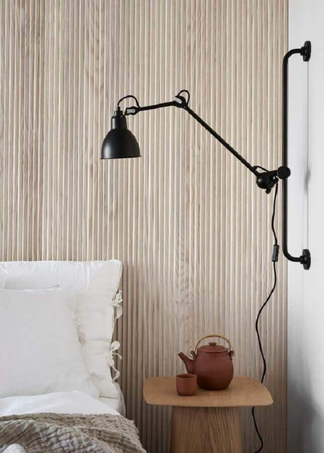 luminária de parede moderna para decoração de quarto com parede de madeira Foto Coco Lapine Design